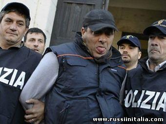 Сальваторе Руссо (в центре) в сопровождении полицейских. Фото ©AFP